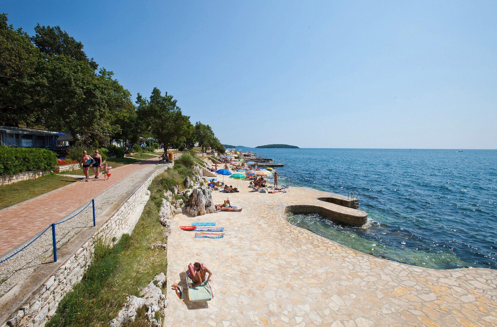 Strand des Campingplatzes Zelena Laguna - Funtana, Istrien